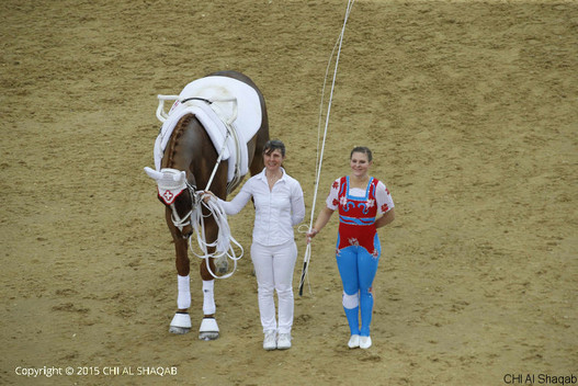 Simone Jäiser avec For Ever du Chalet CH et Rita Blieske comme longeuse (photo: CHI-Al Shaqab)