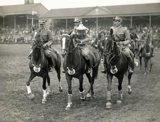 Légende: Après 1926 et 1927, l'équipe suisse remportait sa troisième victoire dans le Prix des nations en 1930, ce qui lui a permis de conserver définitivement la Coupe Aga Khan. De g. à dr. : le premier lieutenant de cavalerie Dätwyler sur Turgi, le major de cavalerie Charles Kuhn sur Corona, et le lieutenant de cavalerie Louis Dégallier sur Notas