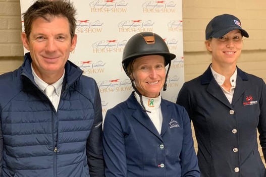Das Siegerpodest des Grand Prix v.l.n.r: Beat Mändli, Molly Ashe Cawley (USA) und Amy Millar (CAN). Bild: https://www.facebook.com/panationalhorseshow